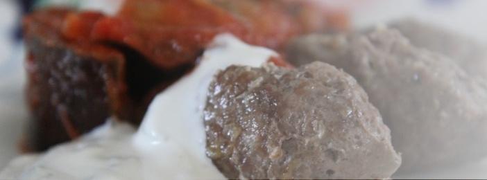 Munakoisoa lihapuikkojen ja jogurttikastikkeen kera