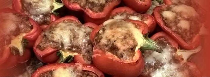 Helpot jauhelihalla täytetyt paprikat