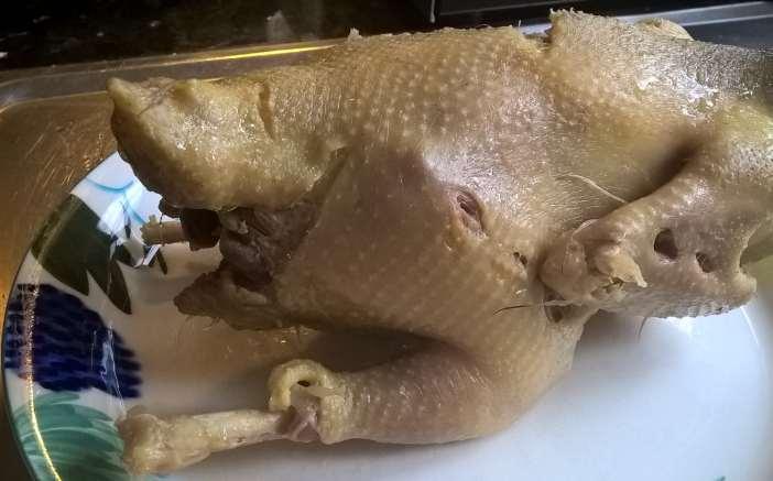 Kokonaisena keitetty kana, keitetty